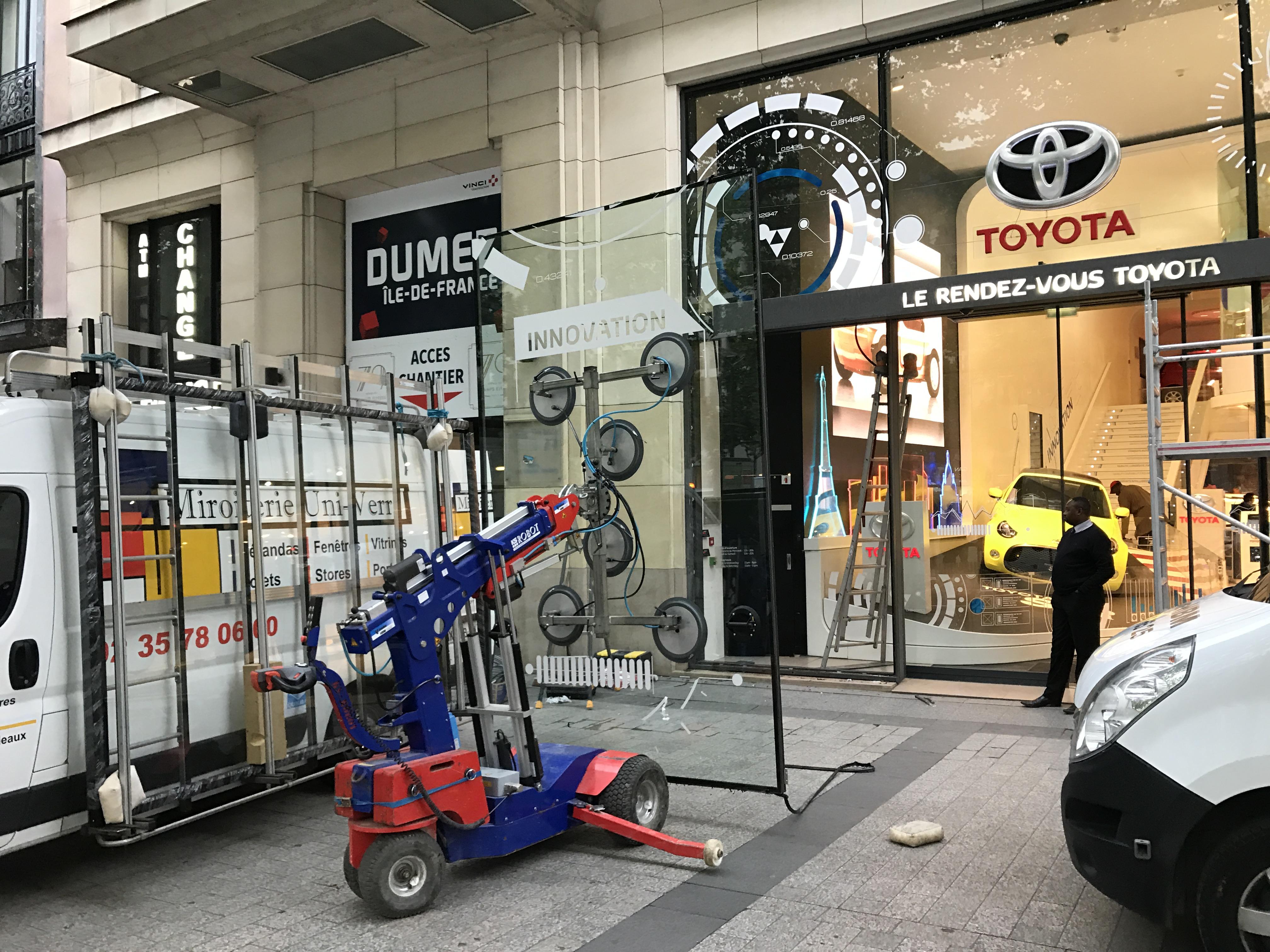 Remplacement de façade vitrée de la concession automobile TOYOTA - Paris