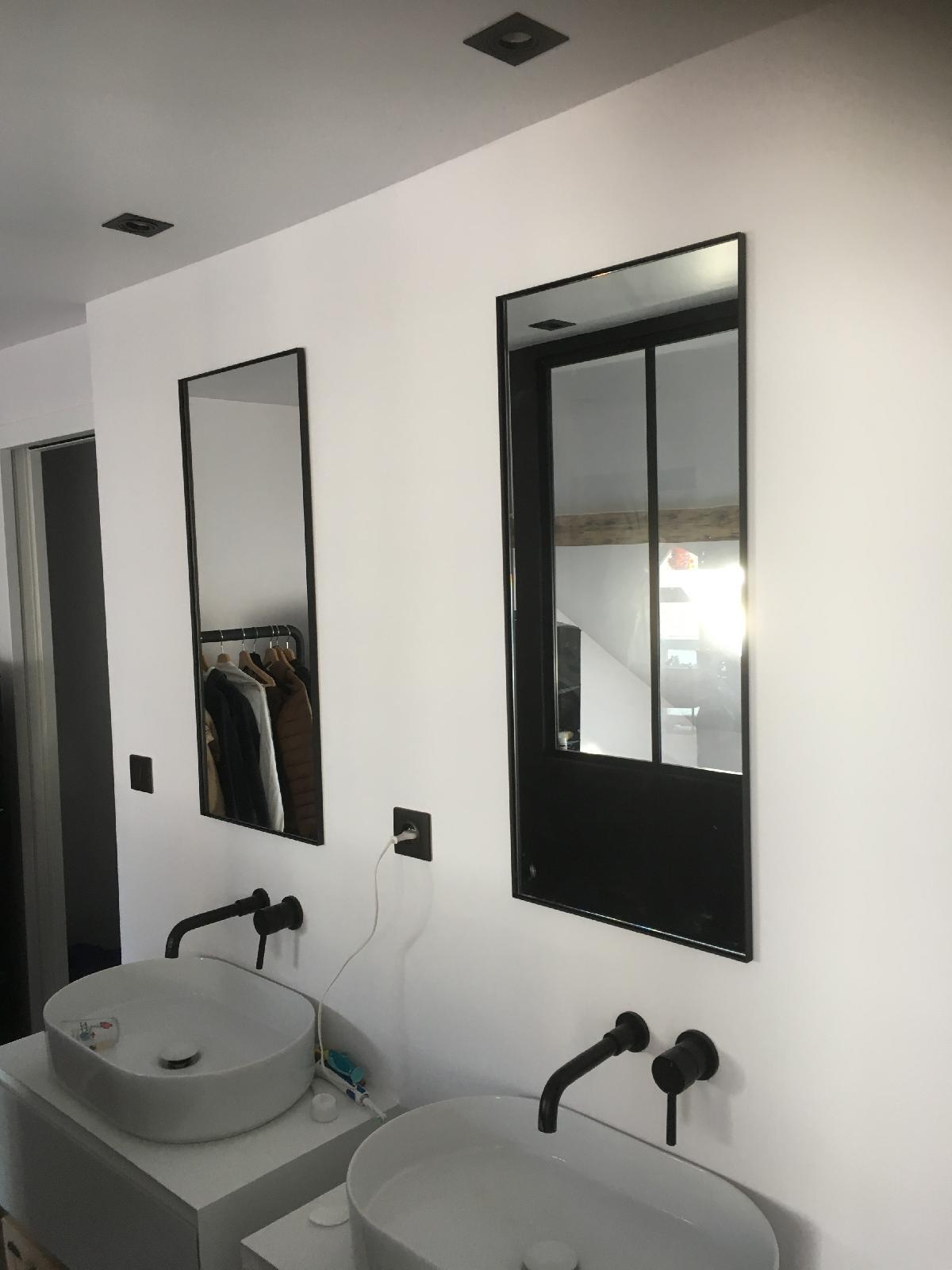 Miroirs épurés installés dans une SDB minimaliste (Rouen centre)