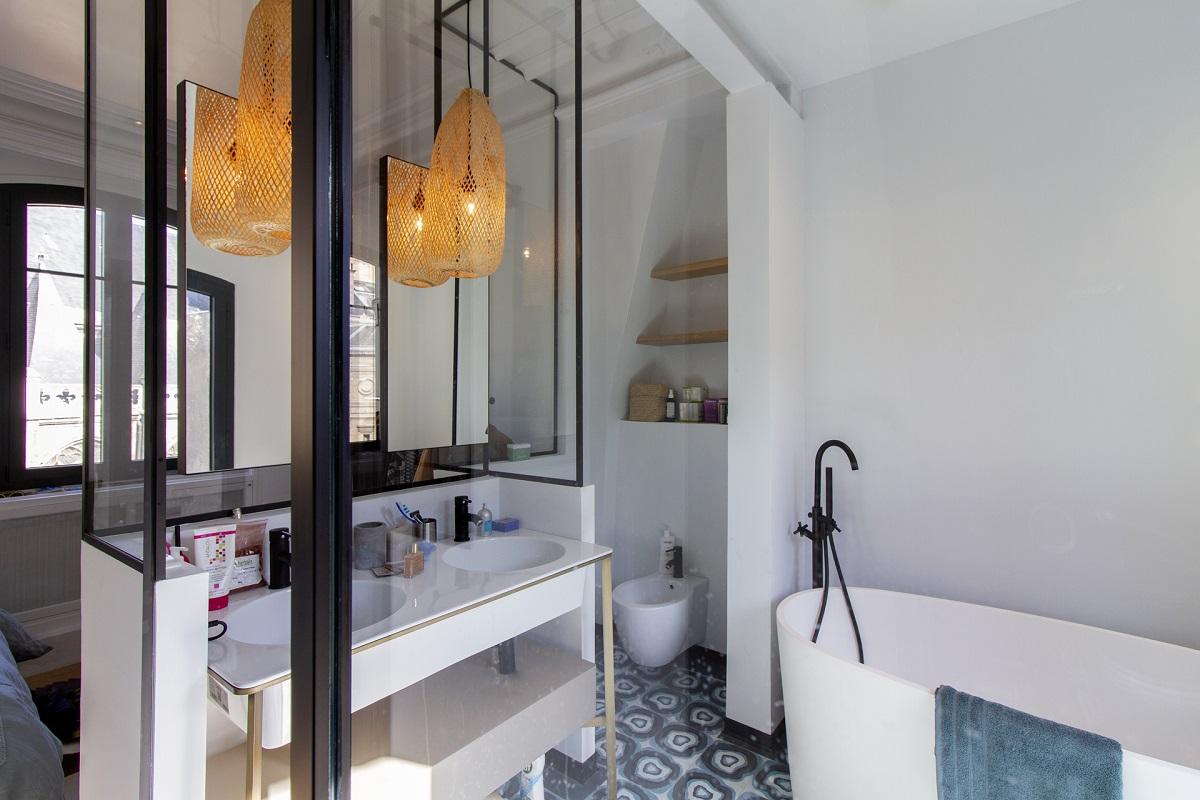 Châssis atelier en relief et paroi de douche à Rouen