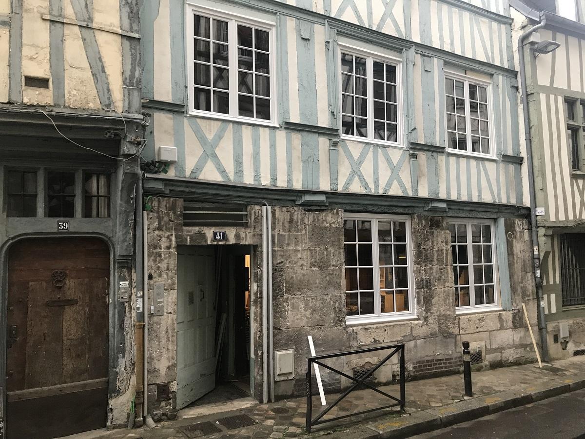 Rénovation de fenêtres bois sur façade traditionnelle de Rouen