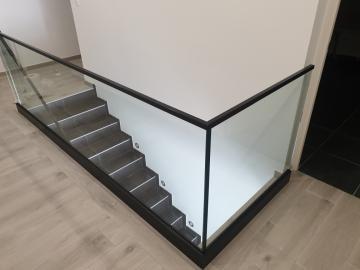 Garde-corps en verre sur mesure descente d'escaliers