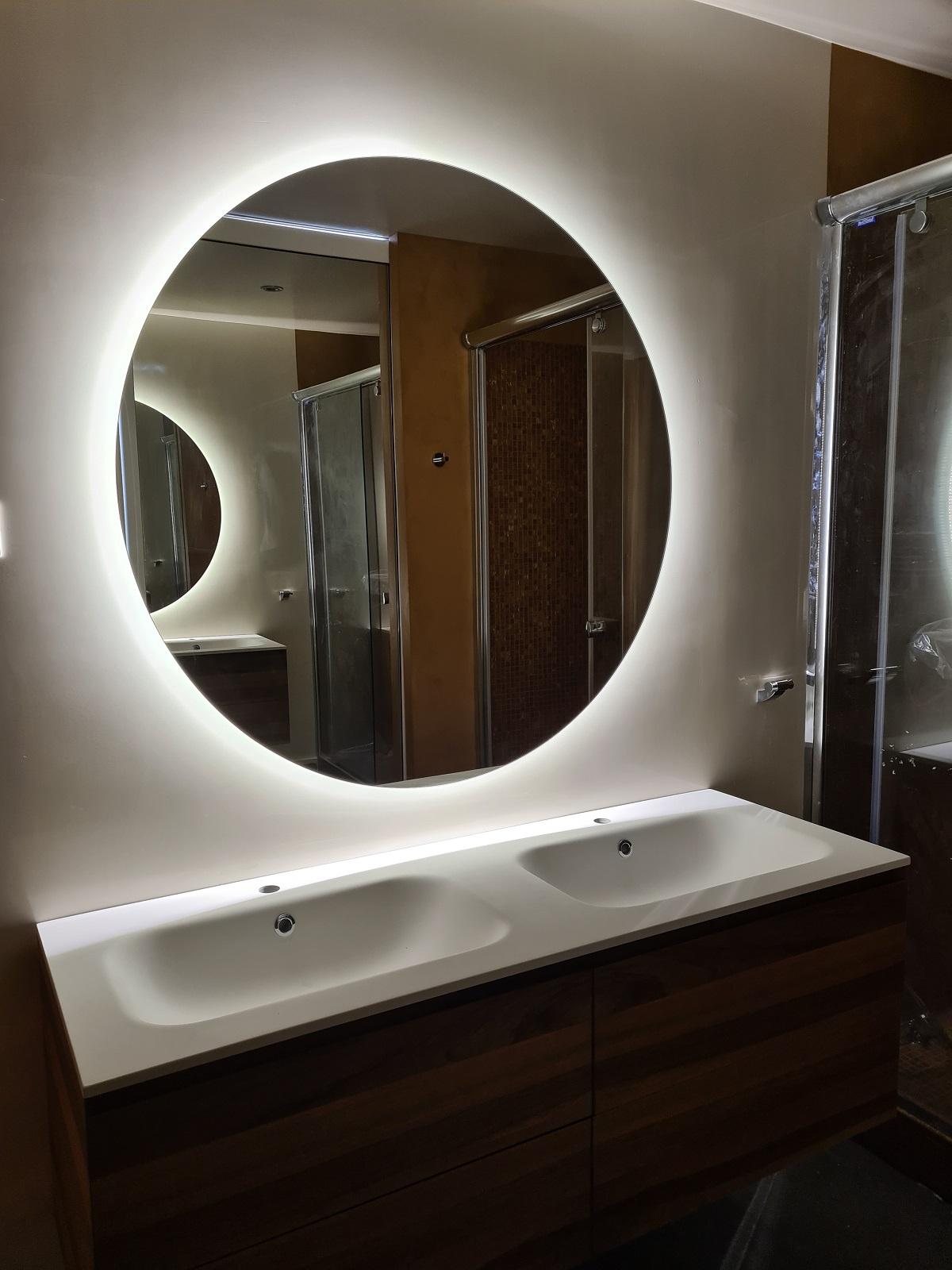 Pose d'un miroir rond lumineux éclairé par leds