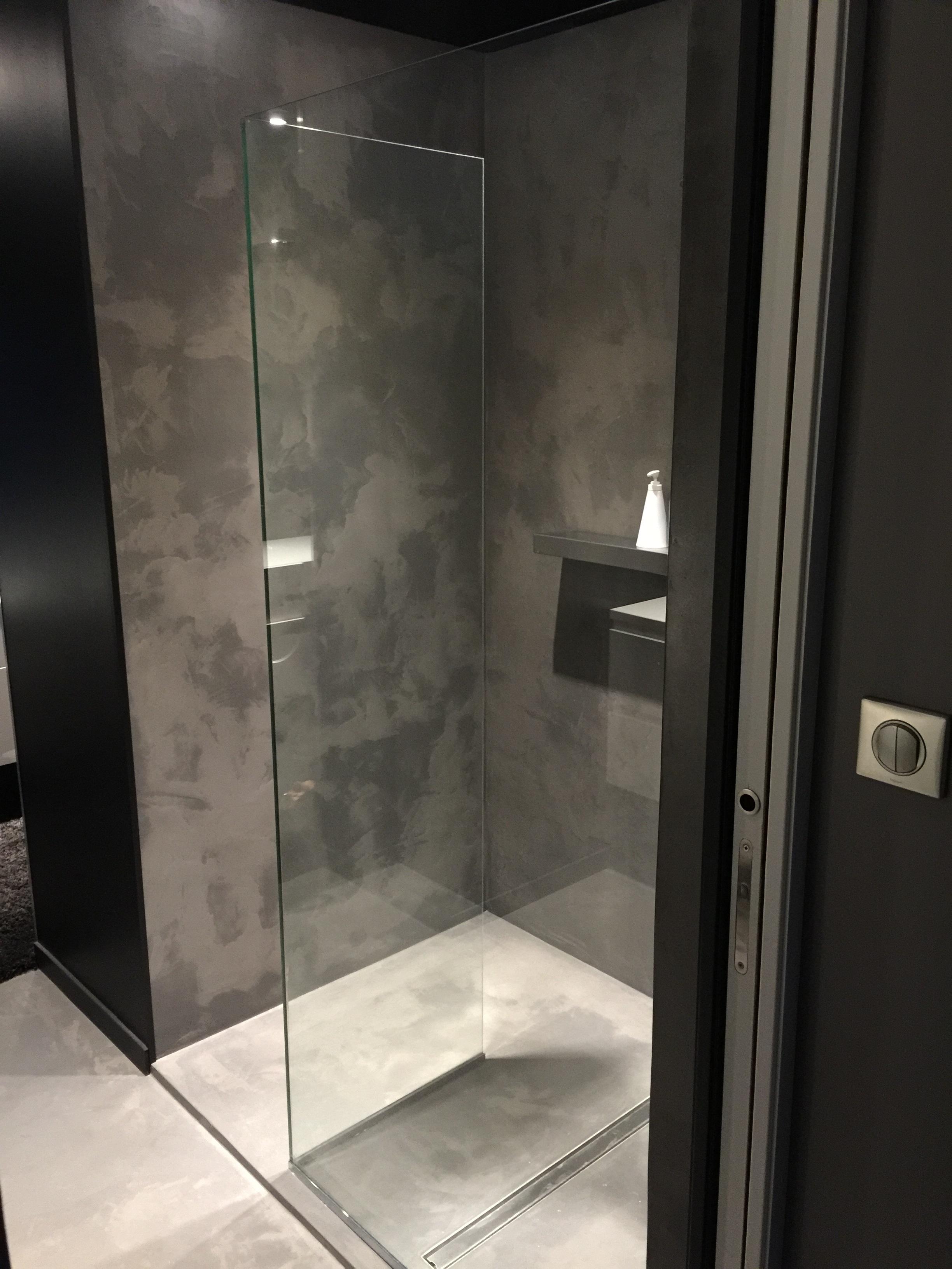 Paroi de douche sur revêtement en béton ciré