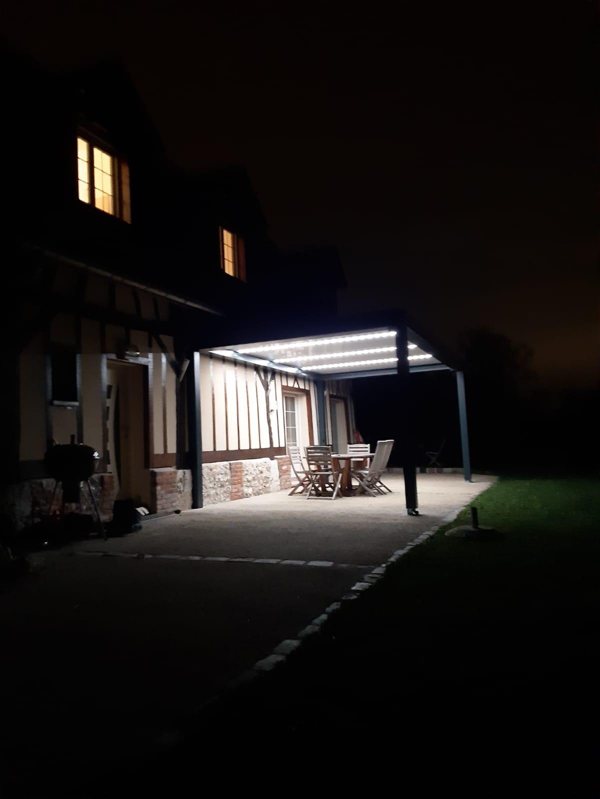 Perogla bioclimatique avec éclairage intégré à Pavilly