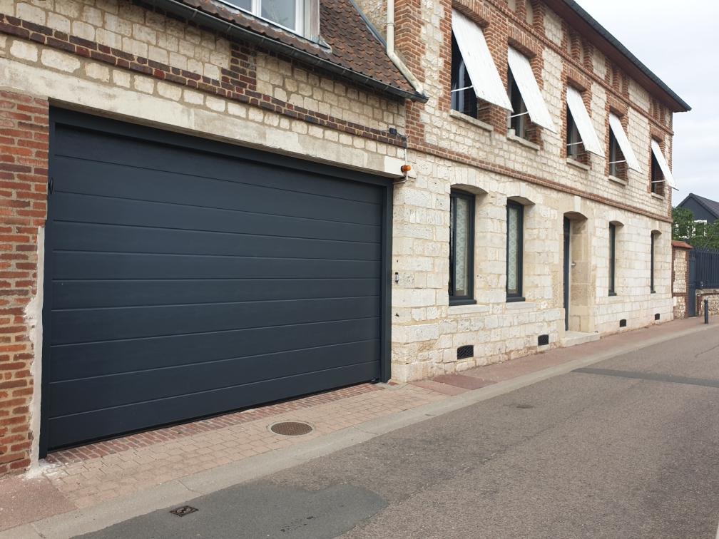 Porte de garage rénovée sur une maison ancienne à Criquebeuf sur Seine