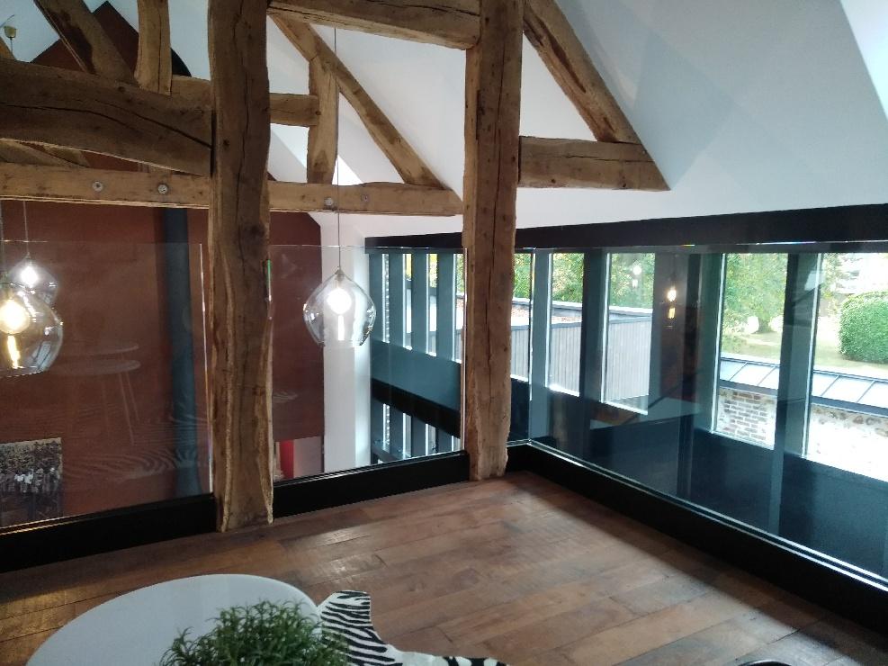 Agencement d'une mezzanine avec des parois vitrées
