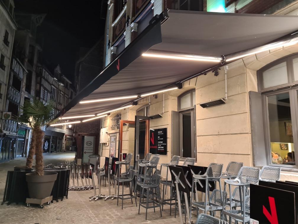 Grand store banne au bar Vicomté de Rouen